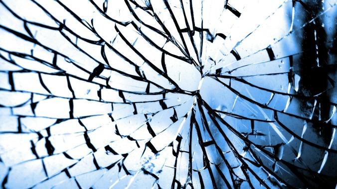 Por Fotobias. (Disponível em: https://pixabay.com/en/glass-crack-broken-broken-glass-101792/)