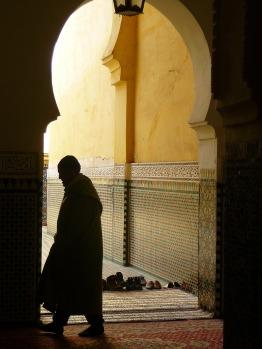 Por Simone Saponetto. (Disponível em: https://pixabay.com/pt/marrocos-antigos-ora%C3%A7%C3%A3o-musulmamo-344824/)