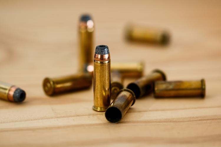 Por Stevepb. (Disponível em: https://pixabay.com/en/bullet-cartridge-ammunition-crime-408636/)