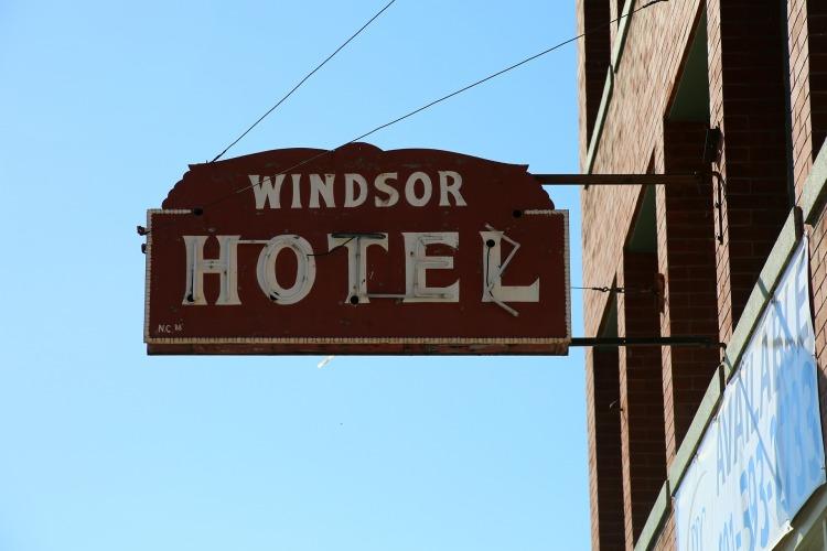 Por Jp26jp. (Disponível em: https://pixabay.com/en/hotel-sign-motel-windsor-hotel-438876/)