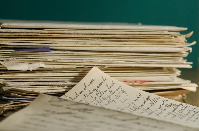 Por Andrys. (Disponível em: https://pixabay.com/en/stack-letters-letter-handwriting-447579/)