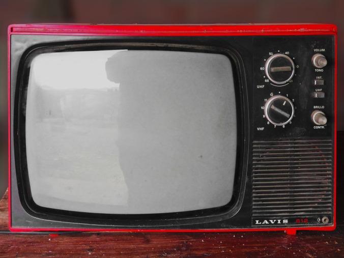Por Makamuki0. (Disponível em: https://pixabay.com/en/vintage-tv-tv-old-transistor-1116587/)