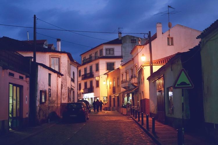 Por Unsplash. (Disponível em: https://pixabay.com/en/cobblestone-streets-sidewalk-692311/)