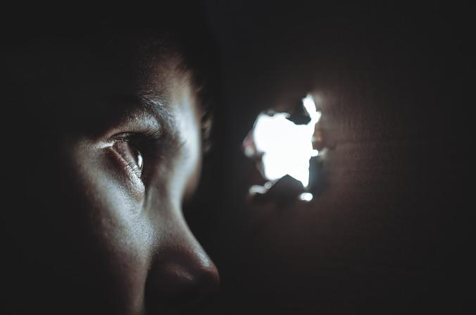 Por Unsplash. (Disponível em: https://pixabay.com/en/hiding-boy-girl-child-young-box-1209131/)