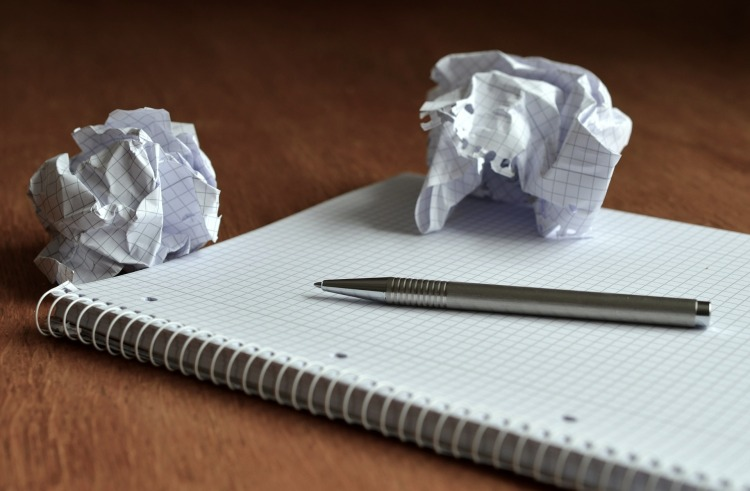 Por Condesign. (Disponível em: https://pixabay.com/en/notes-paper-paper-ball-memo-office-514998/)