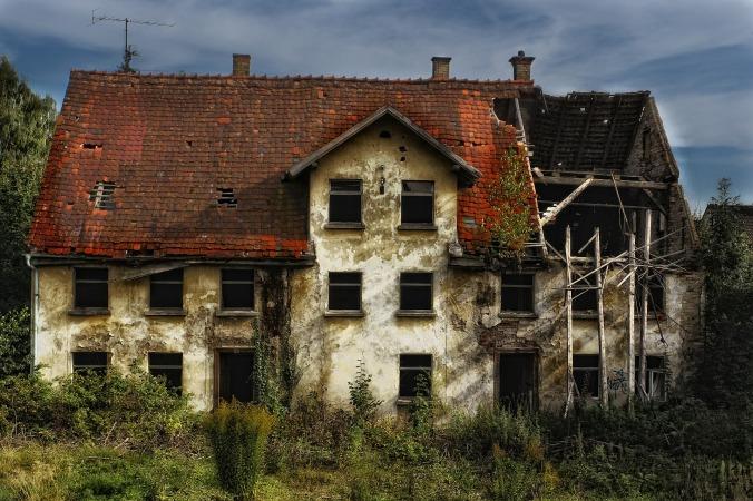Por FrankWinkler. (Disponível em: https://pixabay.com/en/ruin-old-house-decay-old-building-540829/)