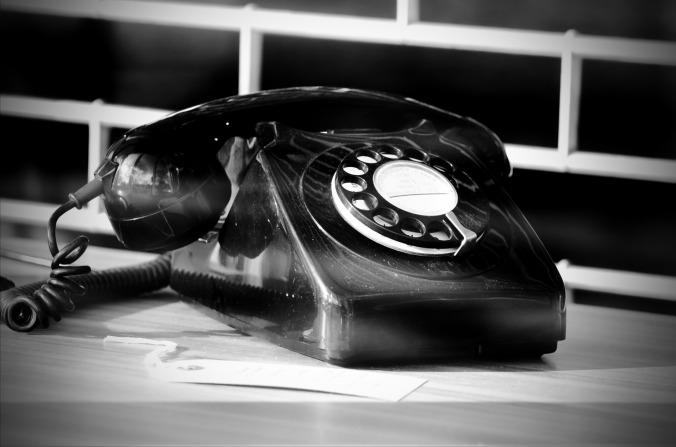 Por PublicDomainPictures. (Disponível em: https://pixabay.com/en/telephone-phone-call-old-black-164250/)