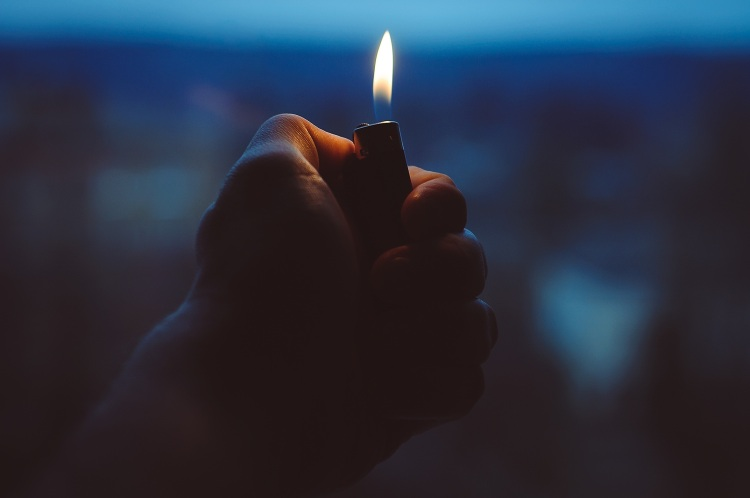 Por Unsplash. (Disponível em: https://pixabay.com/en/lighter-hand-fire-holding-light-1245660/)