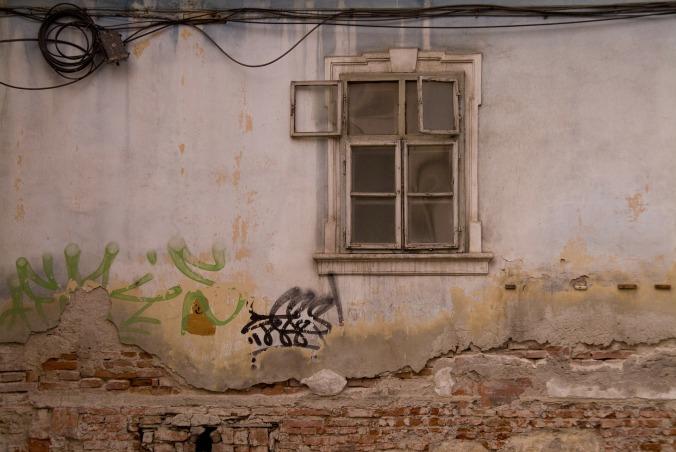 Por Ederlyisanyi. (Disponível em: https://pixabay.com/en/romanian-romania-wall-window-old-79808/)