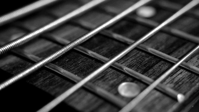 Por Mikefoster. (Diponível em: https://pixabay.com/en/string-bass-guitar-music-rock-555070/)