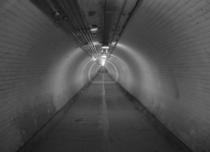Por L0nd0ner. (Disponível em: https://pixabay.com/en/tunnel-thames-greenwich-subway-746185/)