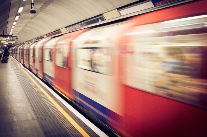 Por Unsplash. (Disponível em: https://pixabay.com/en/underground-train-station-train-1081975/)