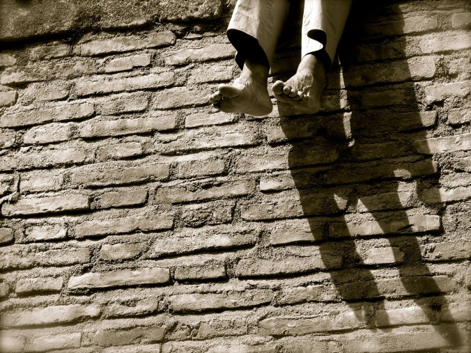 Por Mcvalosborne. (Disponível em: https://pixabay.com/en/wall-shadow-relax-feet-gray-foot-277782/)