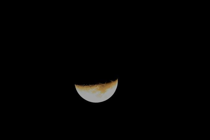 Por Bluesnap. (Disponível em: https://pixabay.com/en/moon-half-nightsky-night-sky-232649/)