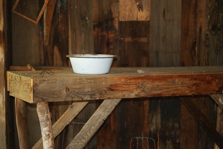 Por Lee Travathan. (Disponível em: https://pixabay.com/en/old-shack-wooden-shack-damaged-185474/)