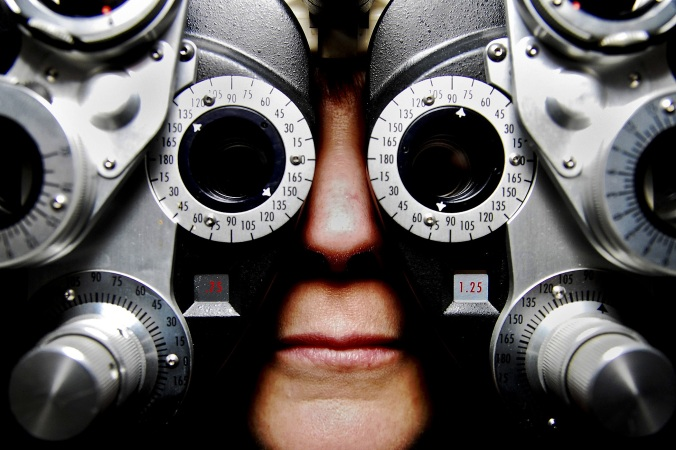 Por Skeeze. (Disponível em: https://pixabay.com/en/eyeglasses-exam-optometry-vision-679696/)
