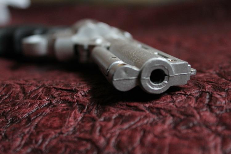 Por PDPics. (Disponível em: https://pixabay.com/pt/arma-pistola-rev%C3%B3lver-arma-de-fogo-166507/)