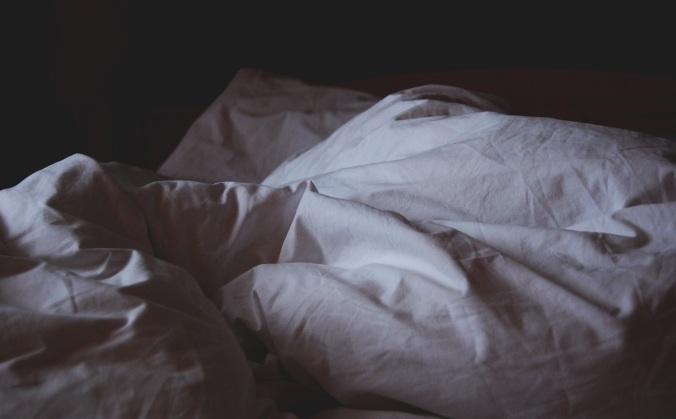Por Unsplash. (Disponível em: https://pixabay.com/en/bed-linen-awake-crumpled-sheets-1149842/)