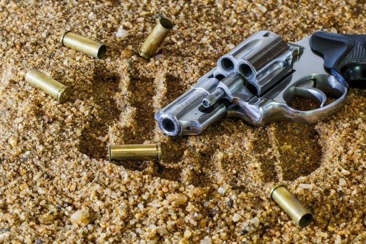 Por Stevepb. (Disponível em: https://pixabay.com/pt/arma-de-fogo-rev%C3%B3lver-bala-arma-409252/#_=_)