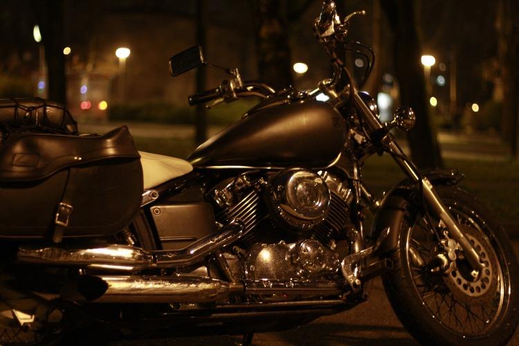 Por Lkaika. (Disponível em: https://pixabay.com/pt/motocicleta-interruptor-inversor-1152008/)