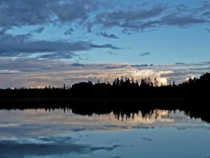 Por Werner22brigitte. (Disponível em: https://pixabay.com/pt/p%C3%B4r-do-sol-lago-paisagem-condi%C3%A7%C3%B5es-182079/#_=_)